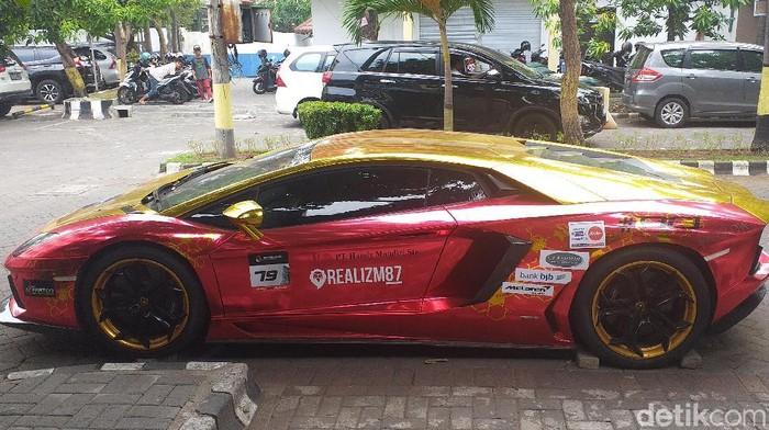 Lamborghini terparkir di Polrestabes Surabaya (Foto: Amir Baihaqi)