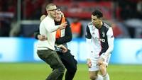 Ronaldo Ngamuk Akibat Fan yang Meminta Selfie di Tengah Lapangan