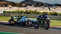 Tukar Tunggangan: Rossi Geber Mobil F1, Hamilton Jajal MotoGP