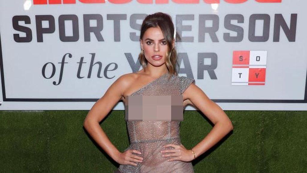 Pakai Baju Transparan ke Acara Penghargaan, Model Brooks Nader Bikin Syok