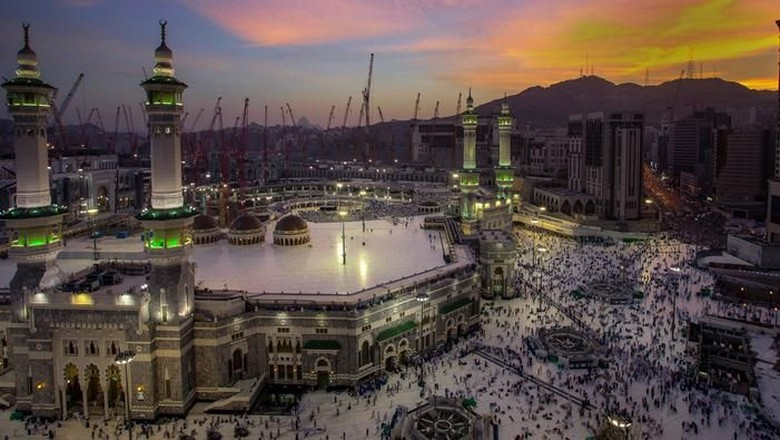 Beautiful sunrise from the city of makkah