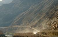 Masuk ke kawasan lembah, tantangan bagi supir bus lebih berat (BBC)