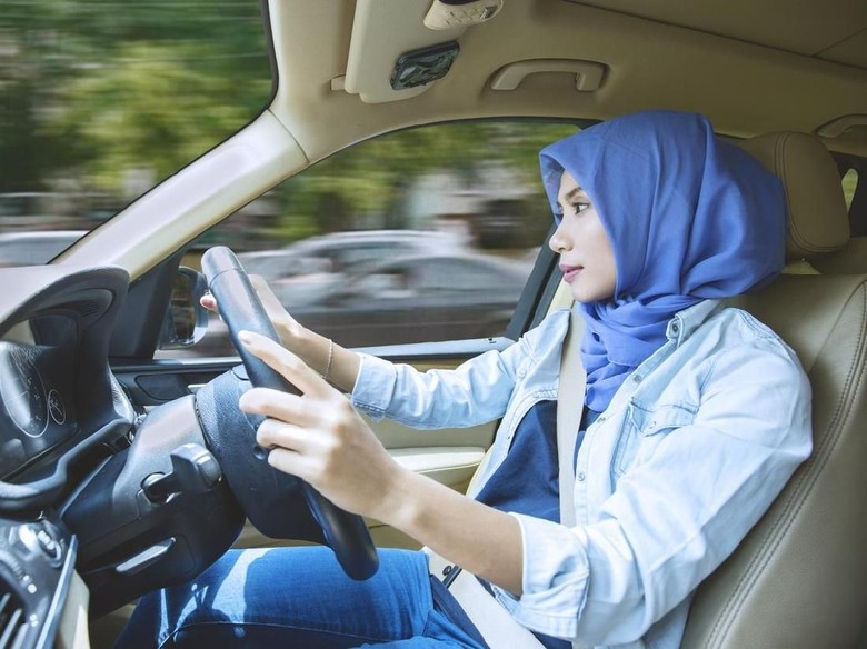 Berdoa saat berada dalam kendaraan supaya selamat sampai tujuan (Foto: iStock)