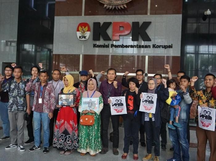 Foto: KPK terima keluarga Randi-Yusuf (Ibnu Hariyanto-detikcom)