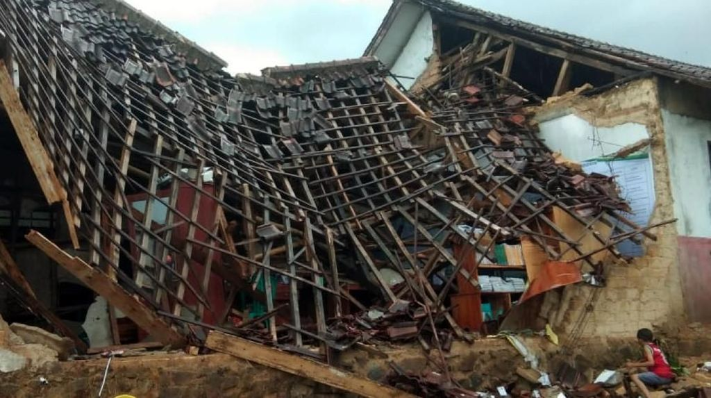 Diterjang Hujan Deras, Bangunan Sekolah di Sukabumi Ambruk