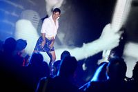 Pegolf dari Singapura Mitchel Slorach menunjukkan penampilannya dalam lipsync lagu Britney Spears - Gimme More pada Asian Tour's Got Talent.