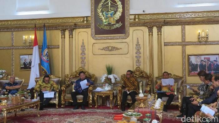 Gubernur Sulsel memaparkan soal penataan wisata dan pembuatan irigasi saat terima kedatangan Banggar DPR (Noval/detikcom)