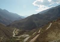 Busnya akan menempuh perjalanan berjam-jam melintasi Pegunungan Andes, dengan lebar jalan yang kecil. Hanya bisa dilewati satu kendaraan (BBC)