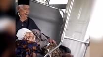 So Sweet! Romantis Banget Nih Pasangan Lansia di Kereta