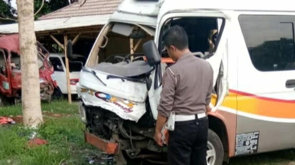 Mobil Travel Tabrak Pohon di Sukabumi, 1 Penumpang Terjepit