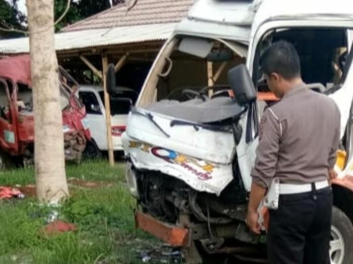 Polisi melihat kerusakan mobil travel yang menabrak pohon di Palabuhanratu, Sukabumi. (Foto: istimewa)
