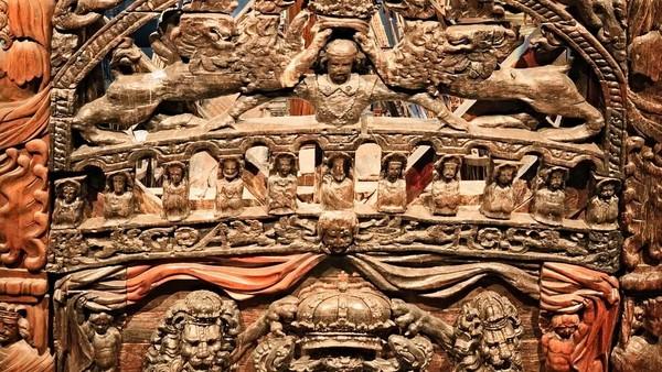 Vasa dihiasi dengan ukiran kayu yang menceritakan tentang keluarga kerajaan Swedia. (iStock)