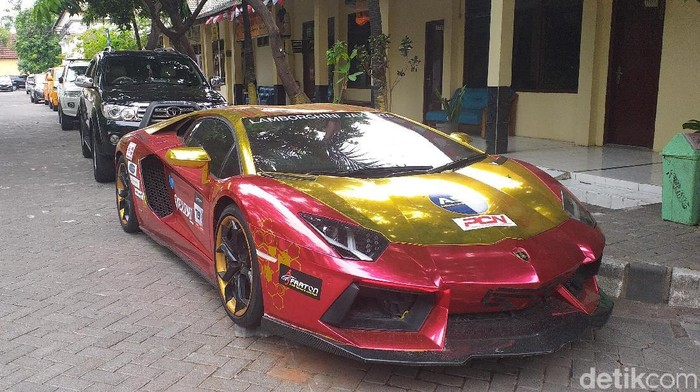 Lamborghini yang terparkir di Polrestabes Surabaya (Foto: Amir Baihaqi)