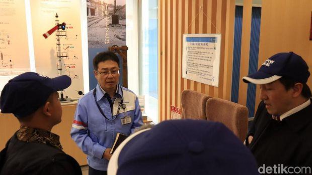 Deputi Eksekutif Chief GM Kuki PLant Nippon Signal, Mikuni Hiroyuki (Randy/detikcom)