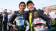 Momen Rossi Jajal Mobil F1 dan Hamilton Geber MotoGP