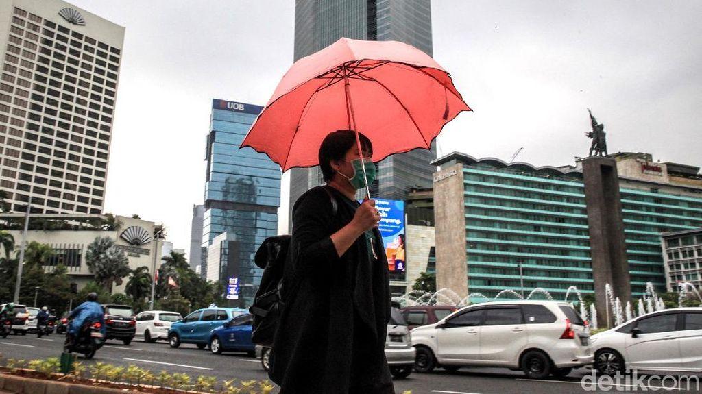 Ragam Alat Tempur Warga Ibu Kota Memasuki Musim Hujan