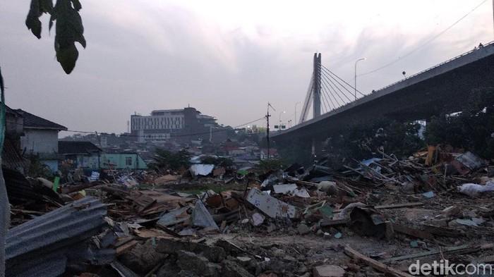 Puing bangunan sisa penggusuran rumah deret di Tamansari Bandung (Foto: Dony Indra Ramadhan/detikcom)