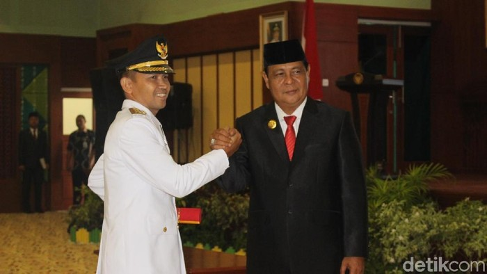 Foto: Berry Nahdian Forqan (kiri) akhirnya resmi dilantik sebagai wakil Bupati Hulu Sungai Tengah (HST)/ Risanta-detikcom