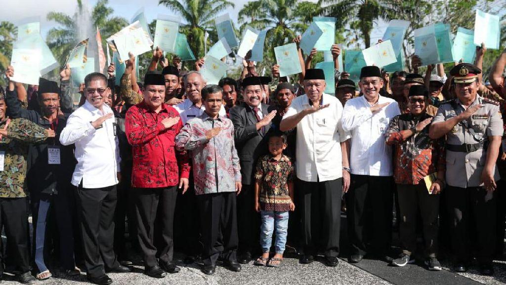 Kemendes Serahkan 7.021 Sertifikat Lahan ke Transmigran Kalimantan