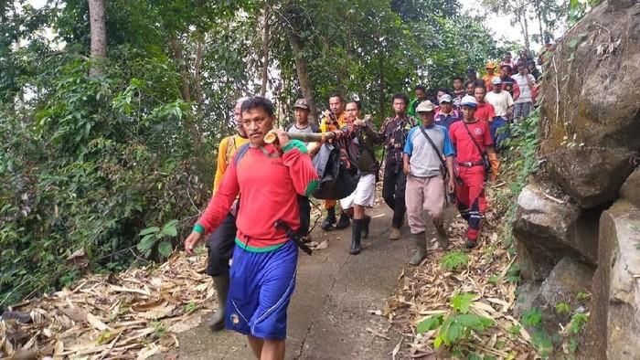 Warga dan tim SAR membawa jenazah nenek yang sempat hilang saat mencari sayur di Gunung Pasir Nangkod, Kabupaten Sumedang, Jawa Barat. (Foto: Dok. Kantor SAR Bandung)