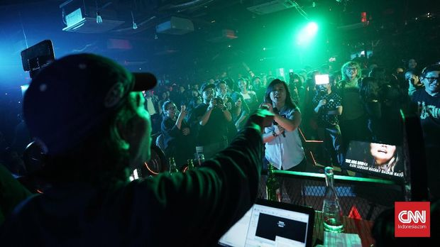 Terjangkit Demam Lagu Lawas dalam Wabah Karaoke Massal (FOKUS