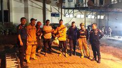 Damkar Makassar Evakuasi Sarang Tawon Vespa dari Polda Sulsel