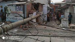 Tiang Listrik di Surabaya Roboh Setelah Diterjang Angin Kencang