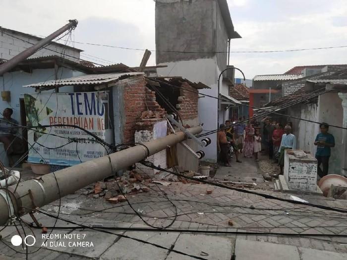 Tiang listrik yang roboh timpa sebuah bangunan (Foto: Istimewa)