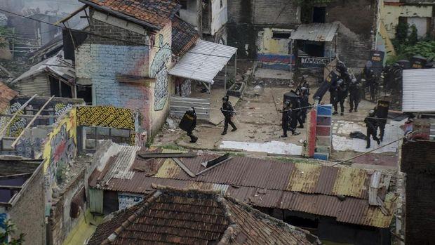 Polisi melakukan pengamanan pascabentrok warga dengan petugas saat pengosongan lahan dan pengamanan lahan RW 11 Tamansari, Bandung, Jawa Barat, Kamis (12/12).