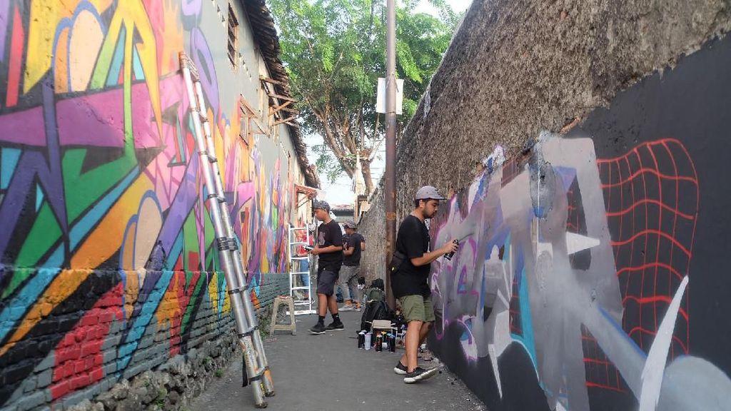 Puluhan Seniman Gambar Mural di Gang Kampung Jakarta