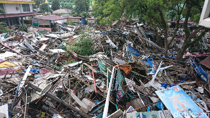 Sampah sisa penggusuran di kantor Satpol PP Medan. (Ahmad Arfah Lubis/detikcom)