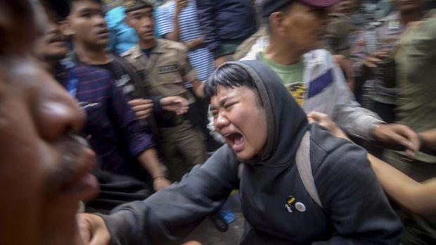 Warga Tamansari menangis histeris saat digusur.