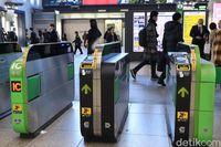 Mesin pemindai kartu elektronik di stasiun Jepang