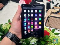 Samsung Galaxy Fold Rp 30 Juta Vs Iphone 11 Pro Pilih Mana