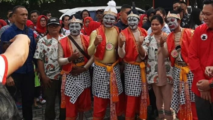 Haryanto (bertopi) saat menghadiri pelepasan Gibran Rakabuming mendaftar maju pilkada Solo. Foto: Istimewa