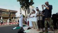 Tutup Jalan, Massa FPI Salat Ashar di Depan Mabes Polri