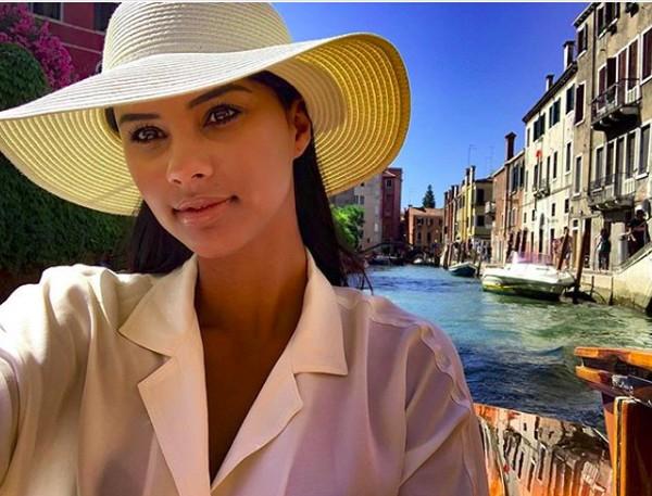 Fotonya saat berfoto di kanal Venesia. (tamaryngreen/Instagram)