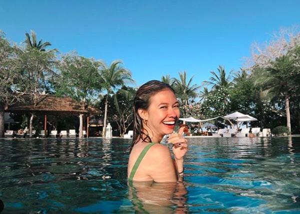 Senyumnya di kolam renang hotel. (yukikt/Instagram)