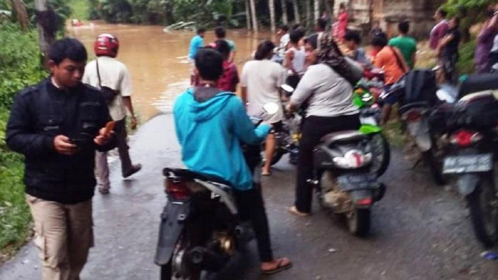 Dikepung Banjir, Sebagian Warga Dharmasraya Sumbar Terisolir