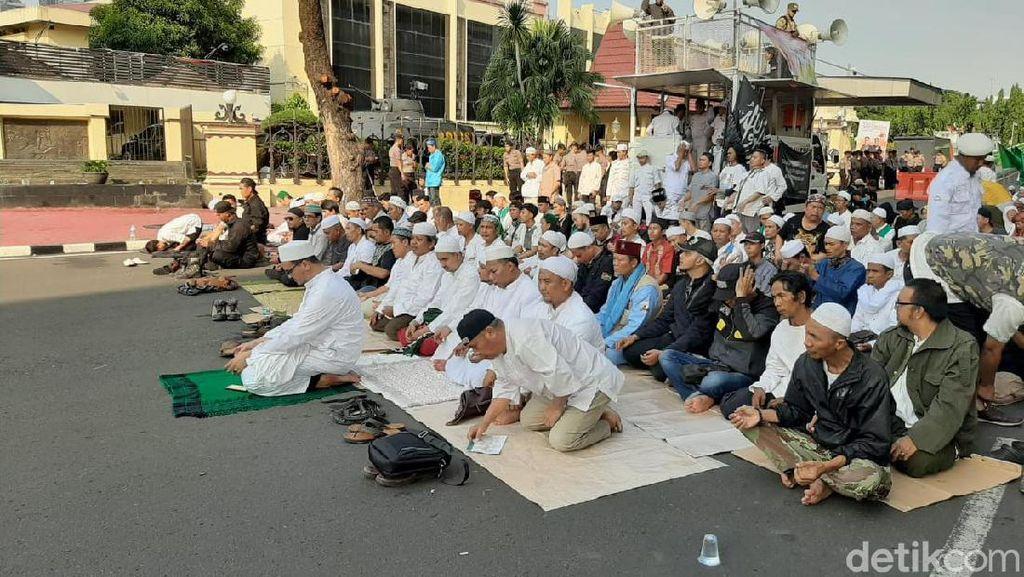 Massa Demo Sukmawati-Gus Muwafiq di Bareskrim Salat Asar Berjemaah