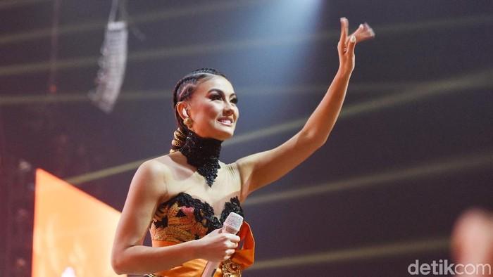 Agnez Mo saat tampil di kawasan Kebon Jeruk.