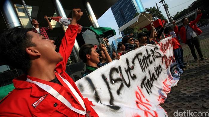 Aktivis mahasiswa dari HMI dan GMNI beraksi di depan Gedung KPK, Jakarta, Jumat (13/12/2019). Mereka mendukung KPK menyelesaikan kasus korupsi yang sedang ditangani dan mendesak pemerintah menghentikan tindakan represif aparat kepada mahasiswa. Aksi ini berbarengan dengan peringatan Hari Anti Korupsi Sedunia (Hakordia) 9 Desember dan Hari HAM Sedunia, 10 Desember.