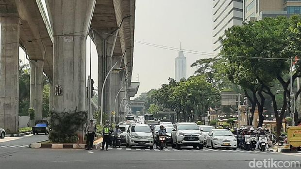 Kondisi lalu lintas dri Jl. Trunojoyo yg dialihkan menuju Jl. Hasanuddin terpantau padat
