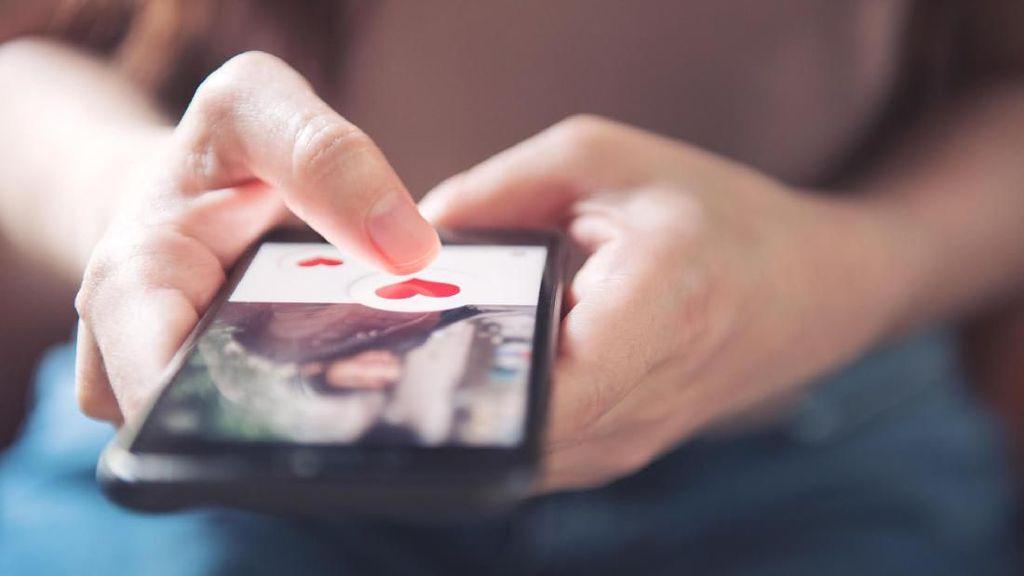 Viral, Pria Pergoki Kekasih Main Tinder dari Refleksi di Mata