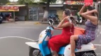 Polisi Buru 2 Wanita Seksi yang Kendarai Motor Sambil Keramas