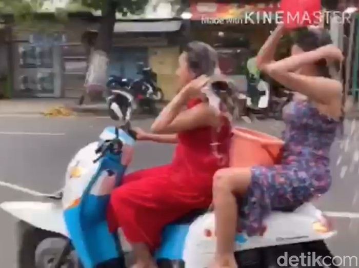 Dua wanita yang mengendarai motor sambil keramas/Foto file: Tangkapan Layar