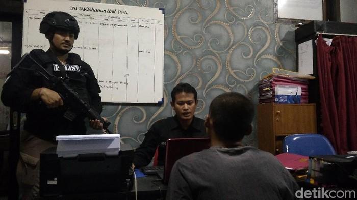 Polisi memeriksa remaja tersangka kasus sodomi di Cirebon. (Foto: Sudirman Wamad/detikcom)