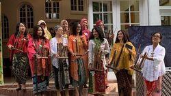 Peragaan Busana Nusantara Meriahkan Pertemuan Istri Diplomat di Los Angeles