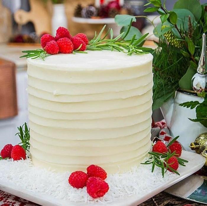 Kue natal cantik ini memiliki rupa yang sederana namun tetap terlihat elegan. Kue ini terbuat dari bolu yang ditumpuk beberapa tingkat dan dibalut krim vanila, lalu dihias dengan buah raspberry yang segar. Foto: Instagram @cakebycourtney