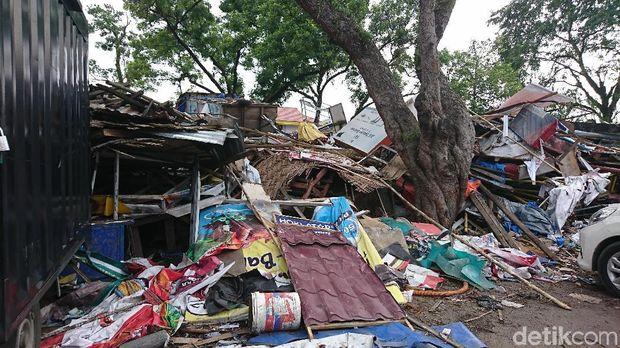 Sampah sisa penggusuran di kantor Satpol PP Medan